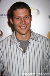 Zach Gilford ficha por Off the Map