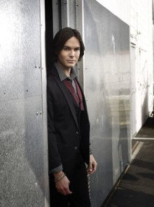 Tyler Blackburn deja Pretty Little Liars para estar en su spin-off